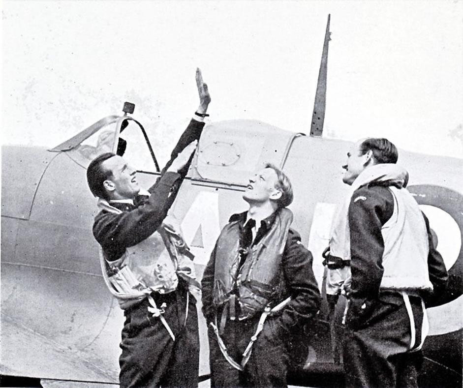 Werner Christie (left) instructing fellow Norwegian pilots Erik Hagen and Bjørn Ræder at RAF Catterick in 1942. (Public domain)